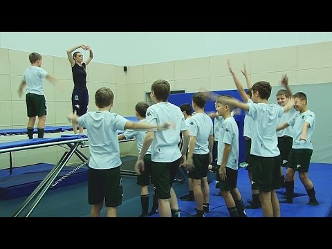 На занятии по спортивной акробатике